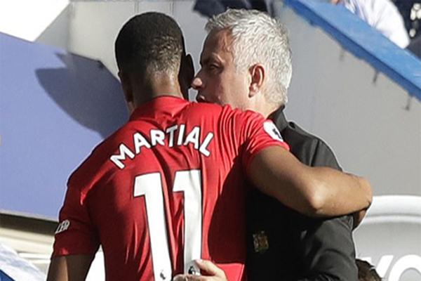 Tin chuyển nhượng 25/10: Martial ký hợp đồng mới với MU