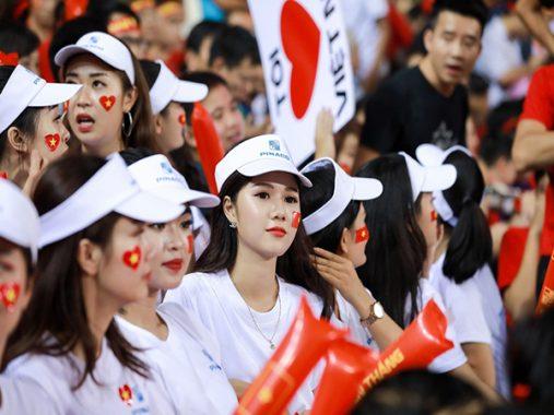 CĐV nữ thêu đốt ánh mắt người nhìn trên khán đài trận Việt Nam – Campuchia