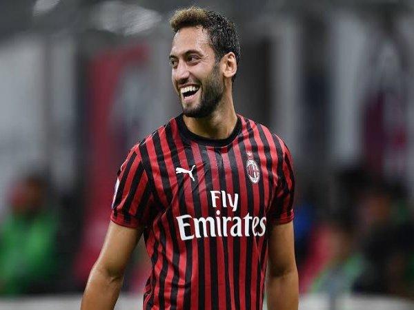Chuyển nhượng sáng 10/10: Milan gia hạn Hakan Calhanoglu