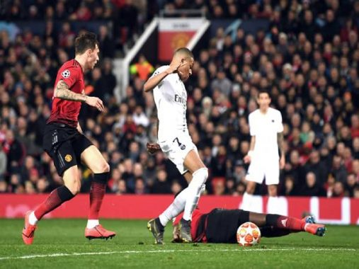 """Tin bóng đá trưa 21/10: Man United quật ngã """"gã nhà giàu"""" nước Pháp"""