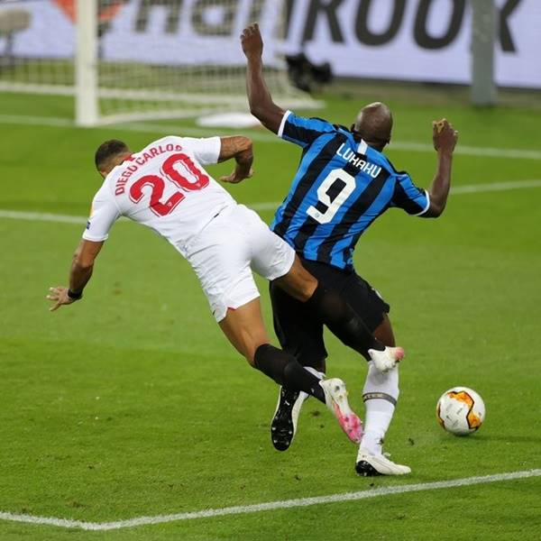 Lukaku lại tấu hài trong trận đấu gặp AS Roma