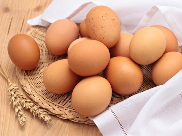 Mơ thấy trứng gà đánh con gì?