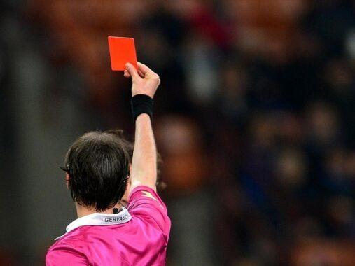 Thẻ đỏ là gì? Khi nào thì trọng tài sử dụng thẻ đỏ trong bóng đá